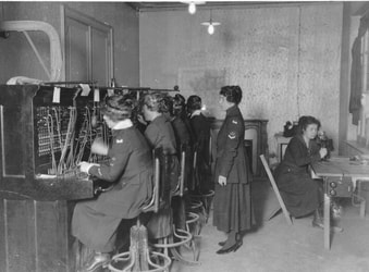 Picture of women telephone operators in WWI
